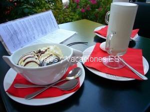 Chocolate blanco caliente con bola de helado